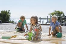 Børnene leger med vandet på Den Blå Planet