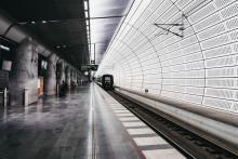 Energibesparande LED-belysning på  underjordisk järnvägsstation