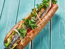 Sjømatretter som gir deg feriefølelsen - balik ekmek, tyrkisk streetfood med norsk makrell