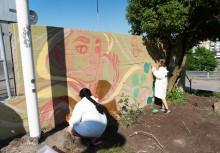 Tjejer målar för framtiden i Norra Biskopsgården