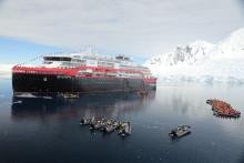 Døbt i is - med is: Hurtigrutens hybriddrevne krydstogtsskib er det første nogensinde, der er blevet navngivet i Antarktis