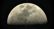 Se spektakulære bilder av romstasjonens passering av månen