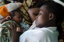 Livsfarligt föda barn för världens kvinnor