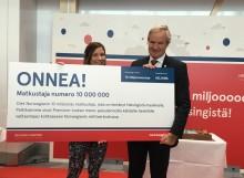 Norwegian juhlii 10 miljoonan matkustajan merkkipaalua Helsinki-Vantaalla  – yhtiö lanseeraa kaksi uutta reittiä Helsingistä