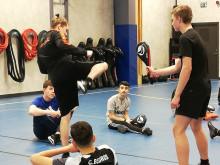 Elever på Erlaskolan Östra testar taekwondo på Upp och hoppa-dagen