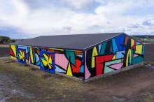 Tavallinen lato muuttui Salon värikkääksi maamerkiksi – Sobekcis-duon muraali valmistui Turunväylälle