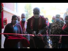 Nepals helseminister Hridayesh Tripadi innvier klinikken