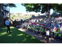 Ingo Schroers vom Bayernwerk begrüßt die 800 Kids und freut sich mit ihnen auf die Vorstellung.