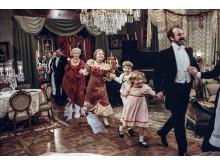 Långdans under julafton i Fanny och Alexander med Jarl Kulle i täten