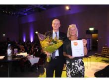 Peter Bodin och Lena Möllerström Nording tar emot priset Årets framtidsbyrå