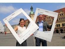 Eingerahmt: Studentin Sophie Richter und Dr. Anselm Hartinger, Direktor des Stadtgeschichtlichen Museums Leipzig, testen die neuen Instagram-Rahmen vor dem Alten Rathaus in Leipzig