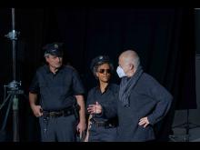 Regieanweisung an Polizeikomparsen