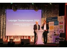 Blick auf die Bühne im Ballsaal des Felsenkellers mit dem Moderator des Abends Dr. Helge-Heinz Heinker und Volker Bremer