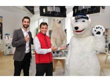 Eisbärin Kara wirbt in der Tourist-Information Rostock für das POLARIUM