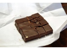 """""""Leipziger Liebelei"""": Die handgemachte Schokolade mit Pralinenfüllung wird durch ein Stück Blattgold verziert"""