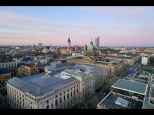 Blick auf die Beethovenstraße mit der Skyline von Leipzig