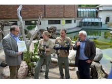 Joachim von Lentzke, Gebietsleiter der Krostitzer Brauerei zusammen mit Zoodirektor Prof. Jörg Junhold