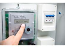 moderner Stromzähler mit Fingerzeig