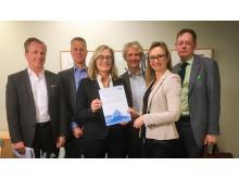 """Agenda för hälsa och välstånd överlämnar rapporten """"Hur får Sverige ut mer av varje forskningskrona"""" till Agneta Karlsson"""