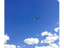 Flygplan i blått luftrum Foto Hans Uhrus