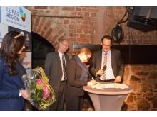 """Romina Barth (Stadt Torgau) unterzeichnet den Kooperationsvertrag zwischen Torgau und dem Tourismusverein """"Sächsisches Heideland"""" e.V."""