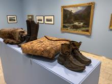 Historiske gjenstander vises side om side med kunsten