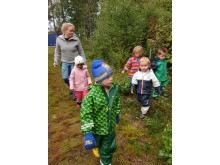 Ut på tur! Torjus (Jakke grønn mønster.) Ananya (Rosa.) Emrik (Hvit.) Ella (Striper.) Nicolay (Grønn/blå.)