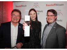 Hartmut Buhren, Anna Swertz und Timo Buhren (v. l.) nahmen den Azubi-Award entgegen.