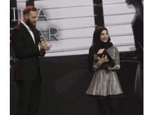 Robert Harting übergibt Boxerin Zeina Nassar den Award in der Kategorie FIGHTER.