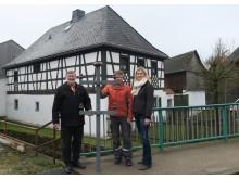 Bürgermeister Josef Schmidkonz, Harald Eichner, Baubegleiter vom Bayernwerk und Katja Lindner, Netzbauleiterin am Bayernwerk-Netzcenter Weiden, mit einem der letzten Dachständer in Mähring.
