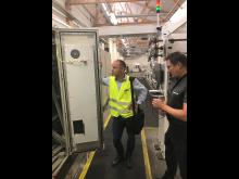 Martin Nielsen og Henrik Vægter foran en el-tavle, hvor de nye Rittal køler er monteret