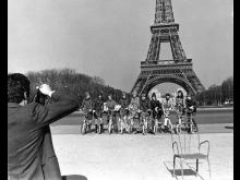 Katja-modeller framför Eiffeltornet