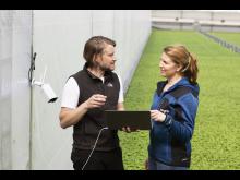 Erik Fredlund, AI-konsult Codon Consulting och Lisa Lindström, odlingschef Svegro installerar framtidens odling.