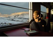 Resenär på nattåg vid Abisko