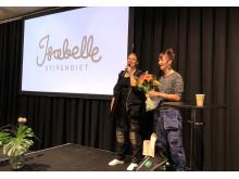 Mathilda Klinger Danielsson blev årets vinnare av Isabellestipendiet. Här tar hon emot priset på scen av initiativtagaren Isabelle McAllister (t.h.).