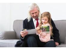 Ukki ja tyttö lukemassa kuvakirjaa