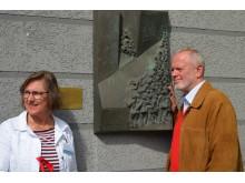 Die Stadtführer Manuela Junghölter und Uwe Trautsch vor der Erinnerungsplakette Feldstraße/ Ecker Langer Sege