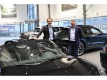 Stig Sæveland (administrerende direktør i Hedin Automotive) og Terje Fjogstad (daglig leder i Porsche Center Stavanger og Porsche Center Sør)