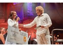 LOVE IS ALL! - Thomas Gottschalk übergibt im Namen von TELE 5 einen Spendenscheck  in Höhe von 10.000,-€ an die gemeinnützige Organisation DEIN MÜNCHEN