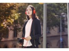 MDR-100 von Sony_Zinnoberrot_Lifestyle_05