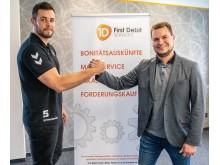 ASV-Kreisläufer Jan Brosch (links) und First Debit-Geschäftsführer Tobias Domnowski mit 'voller Wucht' für Oskar.