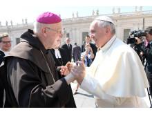 Påve Franciskus och biskop Anders Arborelius hälsar