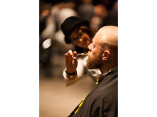 Barberare trimmar skägg på World Beard Day för välgörenhet