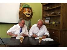 Wolfgang Welter und Prof. Jörg Junhold unterzeichnen den Vertrag zur Verlängerung der Goldsponsorenschaft von Ur-Krostitzer