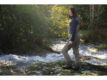 Frida Larsson spanar efter vandrande öring på Orust