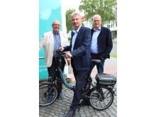 Hans Knoke, Lothar Hagen und Hermann Striewe von der Heimat- und Vereinsgemeinschaft Schwaney freuen sich über den Gewinn (v. l.).