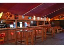 Bar im hölzernen Aprè-Ski-Partyhaus