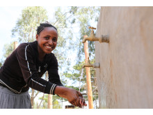 14-åriga Mitikie från Etiopien njuter av rent vatten