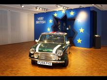 "Very British.- Mini Cooper durchbricht ""europäische"" Wand - Foto: Emilia Caruso"