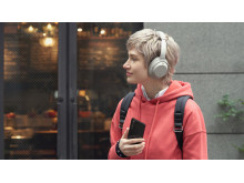 Xperia 1 II Llifestyle_Listening_Wireless